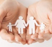 mains-tenant-une-decoupe-en-forme-de-famille